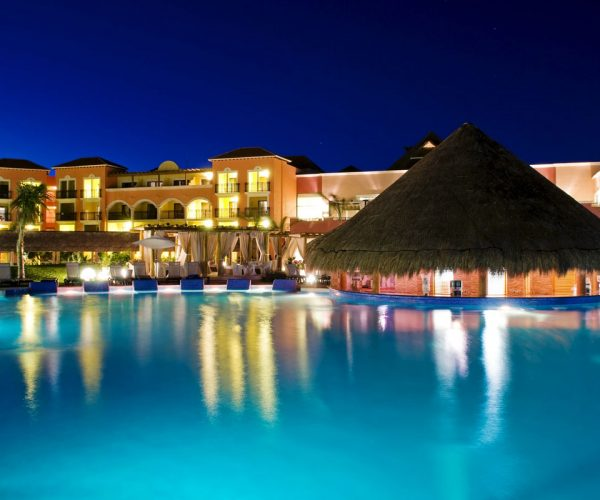 Vista nocturna del hotel